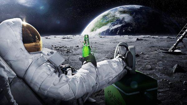 Астронавт с пивом на луне