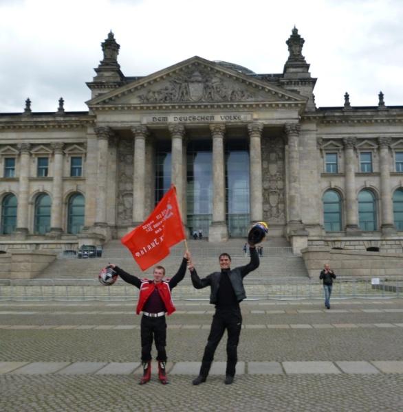 День Победы с красным флагом у Рейхстага в Берлине