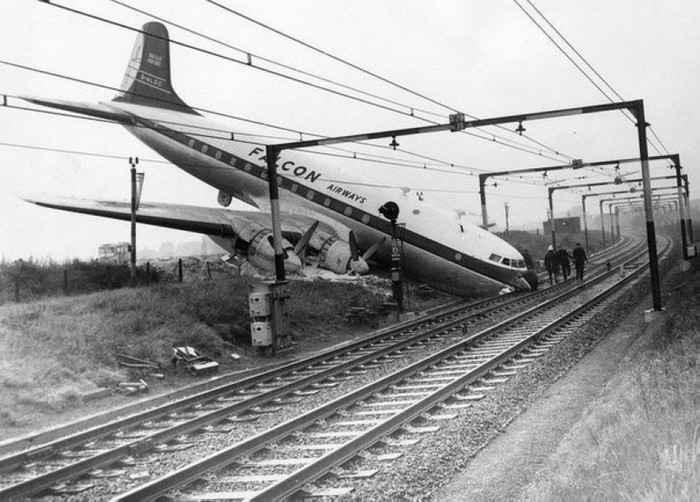 Авария самолёта на железной дороге