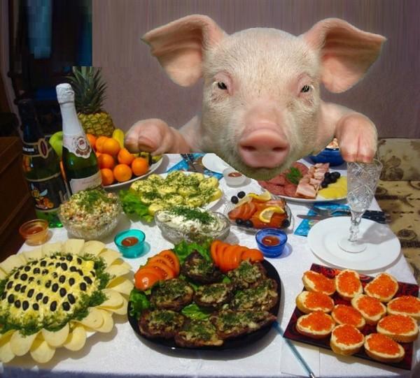 Новогодняя свинья за столом