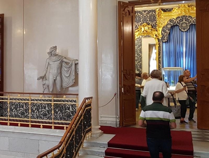 Аполлон Бельведерский у входа в музей Фаберже