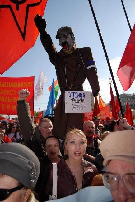 1 мая в Барнауле сожгли чучело эстонского фашизма.